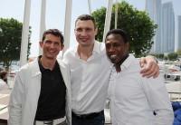 Michael Teuber und Vitali Klitschko mit Pablo Thiam im Abu Dhabi Yacht Club.