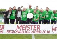 Das Trainer- und Betreuerteam der U23 feiert die Meisterschaft der Regionalliga Nord