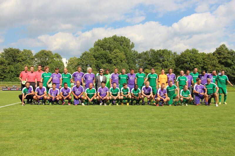 Die Mannschaften beim vierten Münchner Legendenspiel 2016